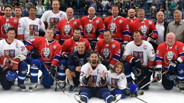 David Moravec (na snímku uprostřed dole se svým synem Davidem) se rozloučil s hráčskou kariérou utkáním mezi týmy Legendy z Vítkovic a Legendy českého hokeje.