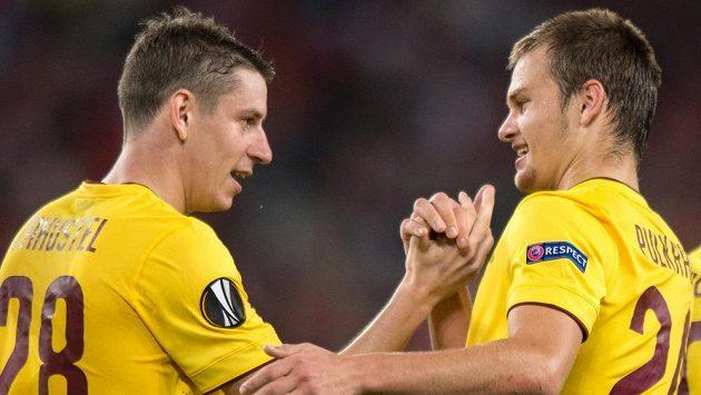 Sparťanští fotbalisté Ondřej Zahustel a Matěj Pulkrab se radují z gólu proti Beer Ševě.