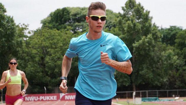 Sprinter Pavel Maslák při přípravě v jihoafrickém Potchefstroomu, za ním jeho tréninková kolegyně Zuzana Hejnová.