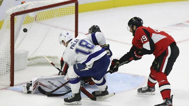 Ondřej Palát skóruje v utkání s Ottawou.