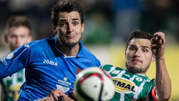 Obránce Baníku Ostrava Jaroslav Machovec (vlevo) a Josef Jindřišek z Bohemians.