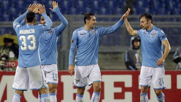 Miroslav Klose (uprostřed) je největší útočnou hrozbou Lazia Řím.