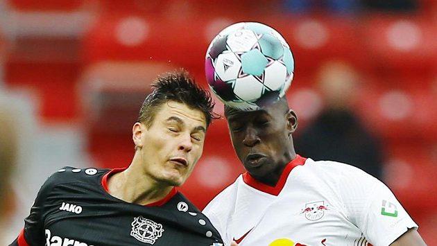 Český fotbalista Bayeru Leverkusen Patrik Schick v hlavičkovém souboji s fotbalistou Lipska Nordim Mukielem.