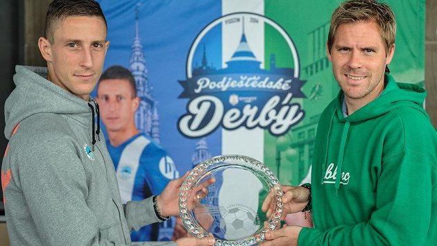 Kapitán Liberce Jiří Fleišman (vlevo) a kapitán Jablonce Tomáš Hübschman (vpravo) s putovní trofejí pro vítěze podještědského derby.