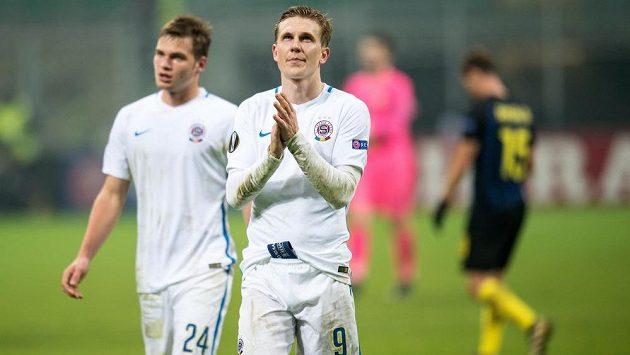 Zklamaný Bořek Dočkal odchází ze hřiště po prohraném utkání s Interem Milán.
