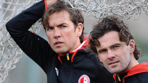 Nový trenér Alex Pastoor (vlevo) a sportovní ředitel Karol Kisel během prvního tréninku Slavie pod jeho vedením.