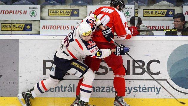 V souboji chomutovský obránce Jan Rutta (vlevo) a Richard Diviš z Olomouce.