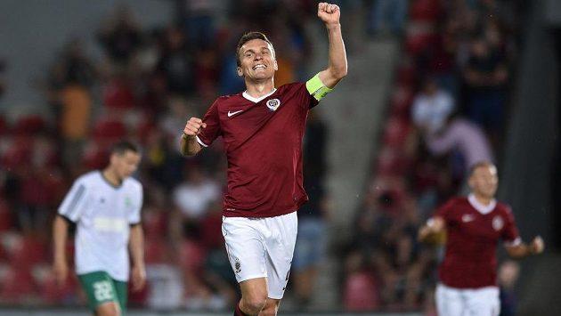 Sparťanský útočník David Lafata slaví gól proti Levadii Tallinn v úvodním zápase druhého předkola Ligy mistrů.