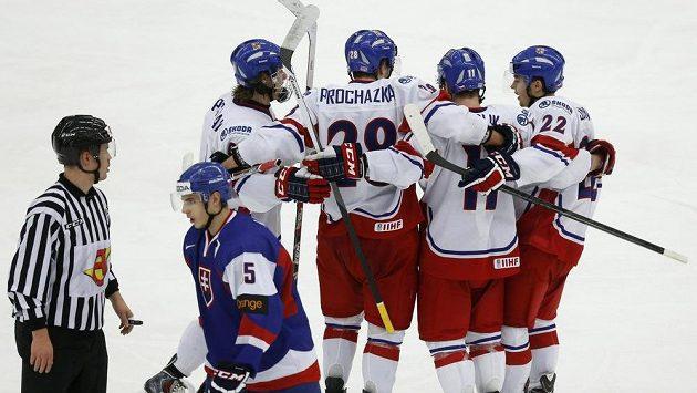 Čeští hokejisté do 20 let (zleva) David Pasterňák, Martin Procházka, Petr Šidlík a Ronald Knot se radují z branky proti Slovensku.
