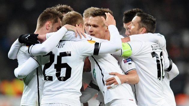 Hráči Viktorie Plzeň oslavují první gól proti Šachtaru.