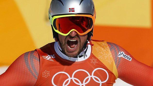 Aksel Lund Svindal se raduje! Jako první norský lyžař v historii ovládl olympijský sjezd.