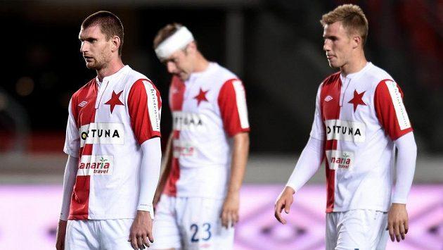 Smutní fotbalisté Slavie. Zleva Martin Juhar, Karel Piták a Bekim Balaj.