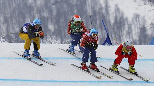 V jedné z vyřazovacích jízd na sebe narazily Němka Anna Wörnerová (zleva), Kanaďanka Kelsey Serwaová, její krajanka Georgia Simmerlingová a Švýcarka Fanny Smithová.