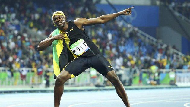 Sprinter Usain Bolt se svou typickou pózou po vítězném závodu.