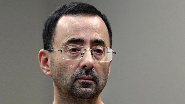 Bývalý lékař gymnastické reprezentace Larry Nassar, který byl odsouzen za dlouholeté sexuální zneužívání dívek a žen.
