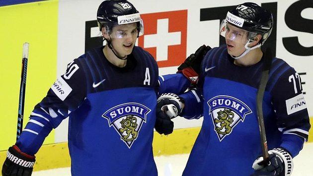 Finský hokejista Sebastian Aho slaví se spoluhráčem Markusem Nutivaarou svou druhou trefu do sítě USA v utkání mistrovství světa.