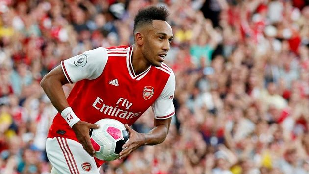 Pierre-Emerick Aubameyang z Arsenalu se raduje z gólu proti Tottenhamu.