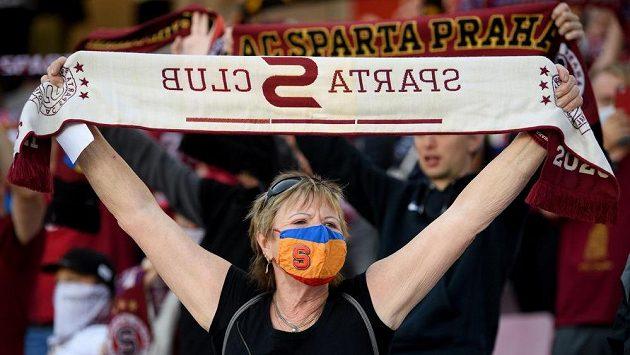 Fanynka v roušce během utkání Sparta–Zlín.