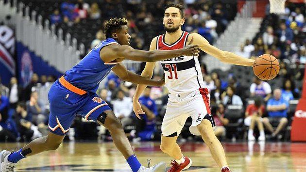 Tomáš Satoranský (vpravo), zastavit se ho snaží Frank Ntilikina z New York Knicks.