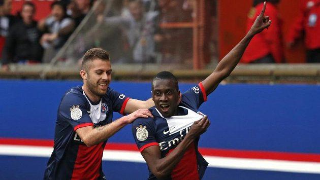 Blaise Matuidi (vpravo) jásá, gólem zařídil výhru Paris SG nad Evianem, vlevo Jeremy Menez.