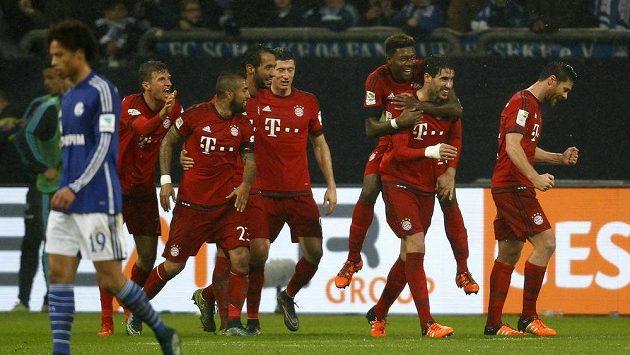 Fotbalisté Bayernu Mnichov se radují z branky, kterou vstřelili na stadiónu Schalke.