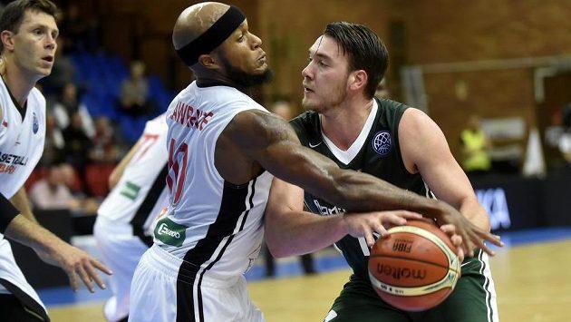 Basketbalisté Nymburku vstoupili do nové sezony Ligy mistrů domácí porážkou s Nanterre 72:81. Doma v pohárech prohráli po 13 výhrách v řadě. Eugene Lawrence (vlevo) z Nymburka se snaží obrat o míč a Huga Invernizziho z Nanterre.