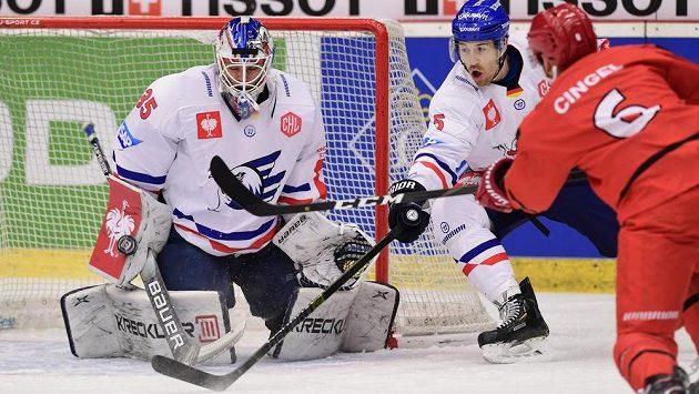 Brankář Johan Gustafsson a Björn Krupp z Mannheimu a Lukáš Cingel z Hradce během úvodního utkání osmifinále play off hokejové Ligy mistrů.