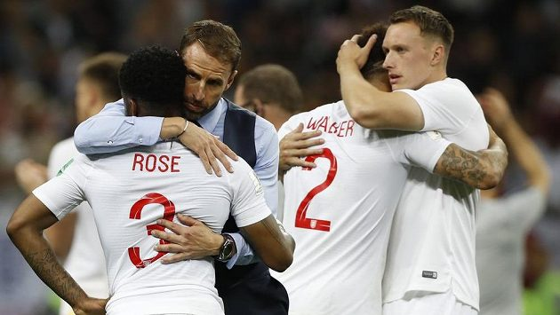 Anglický trenér Gareth Southgate utěšuje své svěřence po porážce v semifinále MS.