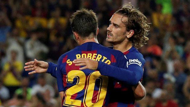 Útočník Barcelony Antoine Griezmann oslavuje se Sergim Robertem jeden ze svých dvou gólů proti Betisu Sevilla.