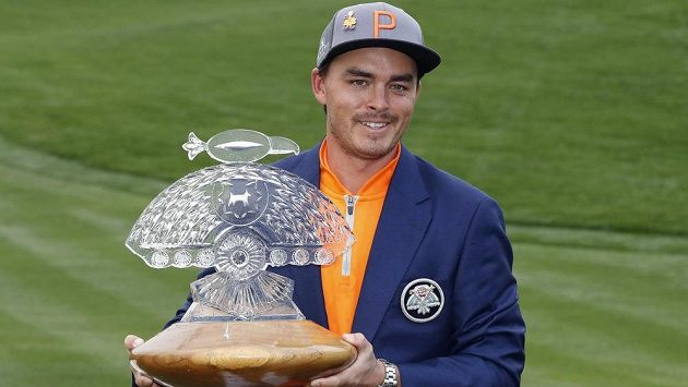 Americký golfista Rickie Fowler s trofejí pro vítěze turnaje Phoenix Open ve Scottsdale.