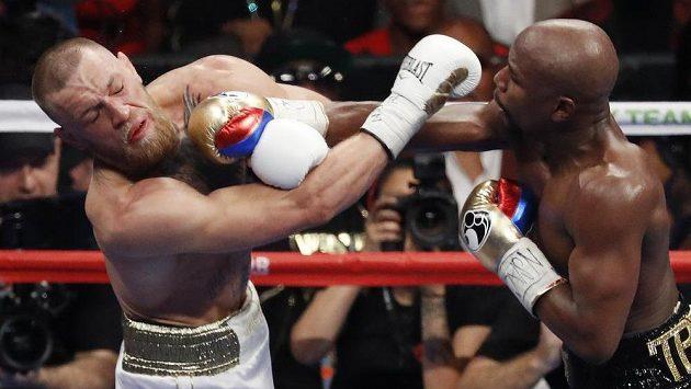 Floyd Mayweather (vpravo) a Conor McGregor během boxerského zápasu v roce 2017.