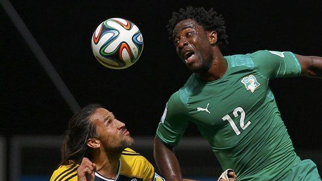 Útočník Pobřeží slonoviny Bony Wilfried (vpravo) v zápase MS proti Kolumbii.