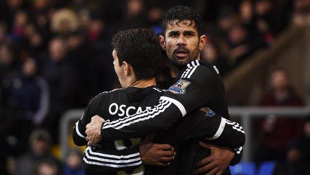 Willian (skrytý), Diego Costa a Oscar se radují, Chelsea v tu chvíli vedla už 2:0 nad Crystal Palace.