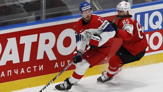 Filip Hronek (vlevo) v souboji se Svenem Andrighettem ze Švýcarska.