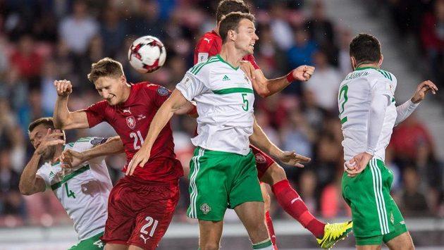 Český útočník Milan Škoda a obránci Irska Gareth McAuley (č.4) a Jonny Evans během utkání kvalifikace MS 2018 Česká republika - Severní Irsko.
