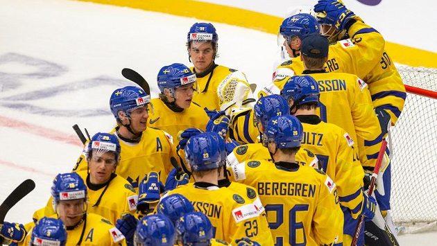 Radost hráčů Švédska. Pro Tre Kronor na MS do 20 let už těžká rutina.