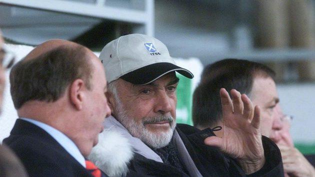 Filmový herec Sean Connery na pohárovém zápase Viktorie Žižkov s Glasgow Rangers na pražském Strahově v roce 2002.