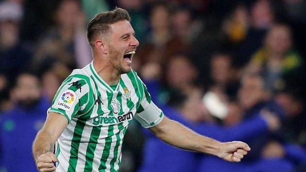 Španělský fotbalista Betisu Joaquín se raduje poté, co dokázal zakroutit balón z rohu přímo do brány Valencie.