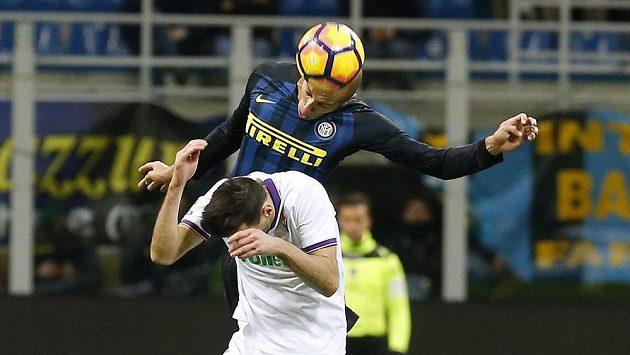 Fotbalista Interu Milan Joao Miranda přeskakuje Nikolu Kaliniče z Fiorentiny.