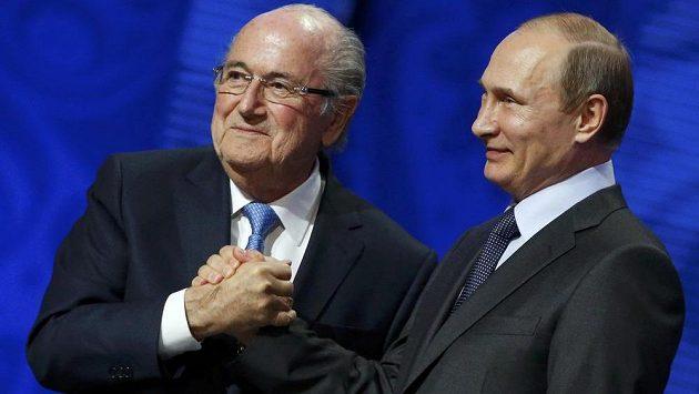 Ruského prezidenta Vladimira Putina (vpravo) pojí s odstupujícím šéfem FIFA Seppem Blatterem dlouholeté přátelství.