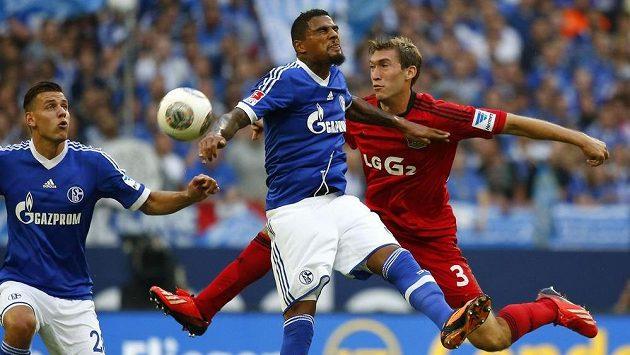 Nová posila Schalke 04 Kevin Prince Boateng (uprostřed) v souboji se Stefanem Reinartzem z Bayeru Leverkusen.