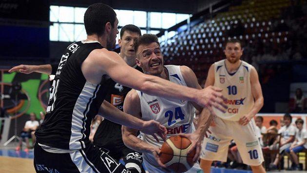 Finále play off ligy basketbalistů - zleva Anthony Meier z Nymburka a Šimon Ježek z Děčína.