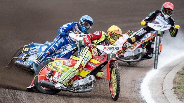 Český jezdec Václav Milík (vpředu) a Bartosz Zmarzlik z Polska (vlevo) během Grand Prix 2019 na stadionu Markéta v Praze. Ilustrační foto.