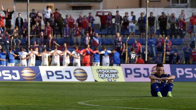 Vpředu zklamaný střelec jediného jihlavského gólu Davis Ikaunieks, v pozadí se z vítězství v zápase radují hráči Plzně.