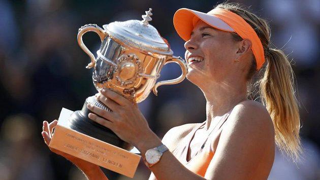 Ruská tenistka Maria Šarapovová s Pohárem Suzanne Lenglenové pro vítězku dvouhry na French Open.