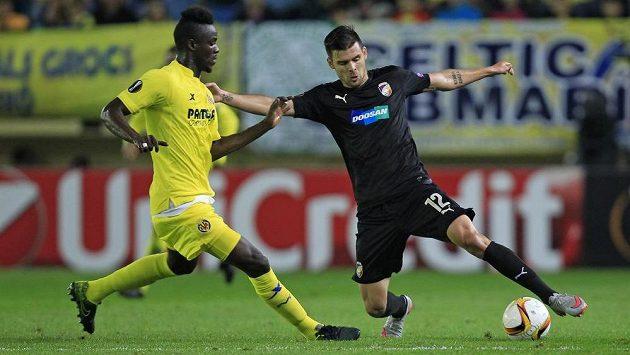 Plzeňský útočník Michal Ďuriš zkouší v zápase Evropské ligy obejít Erica Baillyho z Villarrealu.