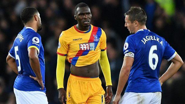 Christian Benteke z Crystal Palace s hráči Evertonu po ligovém utkání. Vlevo Ashley Williams, vpravo Phil Jagielka.