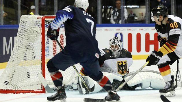 Derek Ryan střílí druhý gól USA v utkání s Německem.