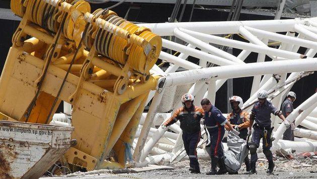 Záchranáři odnášejí tělo mrtvého dělníka, který zahynul při zřícení jeřábu na stadiónu v Sao Paulu.