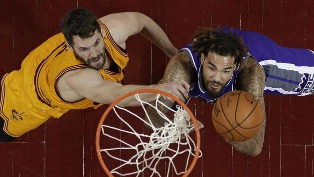 Baketbalista Clevelandu Cavaliers Kevin Love (vlevo) a Willie Cauley-Stein ze Sacramento Kings v podkošovém souboji.